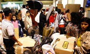 Centenas de personas se refugian en uno de los albergues que se adecuaron para recibir a los damnificados en la ciudad de Villahermosa.
