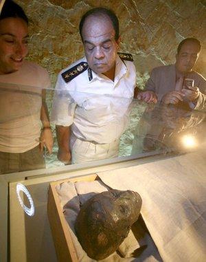 La momia lució cara y estrenó atuendo y ubicación nuevos cuando justo se cumple el 85 aniversario del descubrimiento de su tumba por el británico Howard Carter.