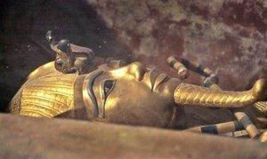 Tutankamón ha pasado a la historia no por los logros de un reinado anodino, sino por ser el único faraón cuya tumba no fue pasto del saqueo y pudo encontrarse intacta.
