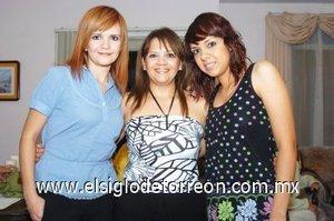 01112007 La festejada acompañada de sus hijas Alejandra y Andrea Quiroz.
