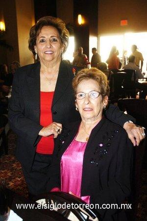 01112007 Lilia Esparza y María Ramp llegaron desde Houston, Texas, para conocer el hotel.