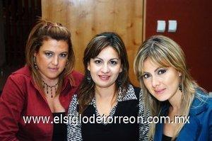 02112007 Bety, Mónica y Karla Zúñiga, acompañaron a la feliz mamá.