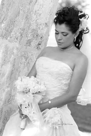 Lic. Judith Valenzuela Castañón el día de su boda con el S.P.C. Jason Allan Wilson.  <p> <i>Estudio Carlos Maqueda.</i>