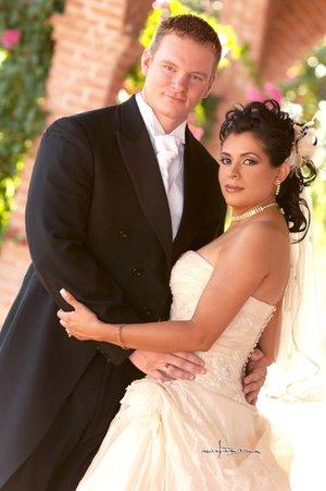 S.P.C. Jason Allan Wilson y Lic. Judith Valenzuela Castañón contrajeron nupcias el viernes 28 de septiembre de 2007.  <p> <i>Estudio Carlos Maqueda.</i>