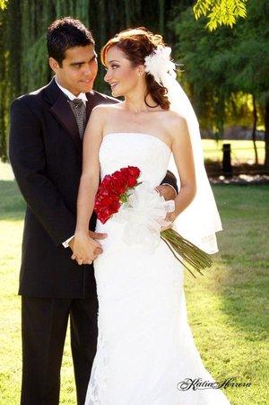 Sr. César René Martínez Medina y Srita. Alejandra Solís García contrajeron matrimonio en la parroquia de Nuestra Señora de la Encarnación el sábado seis de octubre de 2007.  <p> <i>Katia Herrera Fotografía.</i>