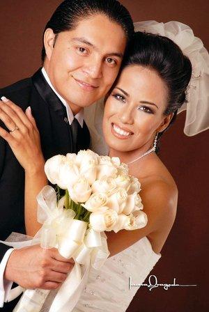 Sr. Jesús Ernesto Miranda Ibarra y Srita. Alma Gabriela Sánchez Montelongo contrajeron nupcias en la capilla del Centro Saulo el pasado sábado seis de octubre de 2007.  <p> <i>Estudio Laura Grageda.</i>