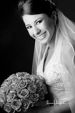 Srita. Ariadna Cecilia Trujillo Castillo el día de su boda con el Sr. Salvador Hernández Pedroza. <p> <i>Estudio Laura Grageda.</i>