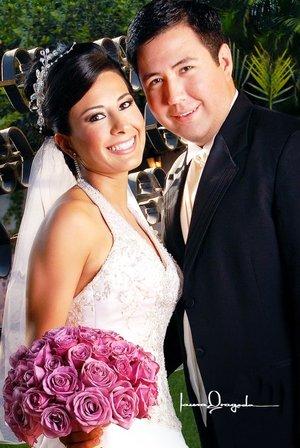 Sr. Salvador Hernández Pedroza y Srita. Ariadna Cecilia Trujillo Castillo unieron sus vidas en sagrado matrimonio en la parroquia de la Virgen María de la Medalla Milagrosa, el pasado sábado seis de octubre de 2007. <p> <i>Estudio Laura Grageda</i>