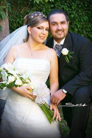 Sr. Jesús Alfonso Ávila Hernández y Srita. Claudia Angélica Moreno Rodríguez contrajeron nupcias en la parroquia Los Ángeles el sábado 13 de octubre de 2007.  <p> <i>Studio Sosa.</i>