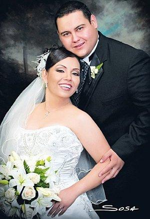 Dr. Melchor Flores Gutiérrez y L.A.E. Gabriela Rodríguez Rangel unieron su vida en sagrado matrimonio en la Catedral de Nuestra Señora del Carmen, el sábado 28 de julio de 2007.  <p> <i>Studio Sosa</i>