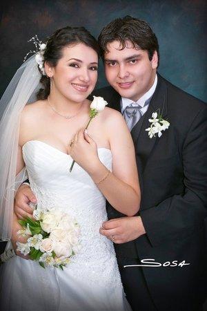 Sr. Carlos López Martínez y Srita. Laura Elena Flores Castillo contrajeron nupcias en la parroquia del Santo Cristo el sábado 29 de septiembre de 2007.  <p> <i>Studio Sosa.</i>