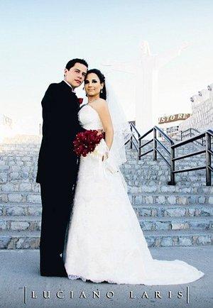 Sr. Dióstenes Iván Valadez Cordero y Srita. Norma Leticia Márquez de la Mora contrajeron matrimonio en el Santuario de Cristo Rey Cerro de las Noas el sábado seis de octubre de 2007. <p> <i>Estudio Luciano Laris</i>