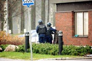Agentes de la policía finlandesa investigan el lugar donde se produjo un tiroteo en un instituto de Finlandia.