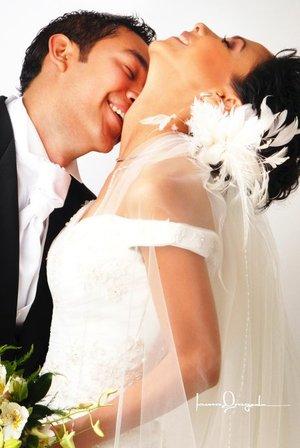 Lic. Jorge Ignacio Cerna Esparza y Lic. Ana Laura Segura Huerta unieron sus vidas en sagrado matrimonio en la parroquia de San Pedro Apóstol el sábado primero de septiembre de 2007. <p> <i>Estudio Laura Grageda.</i>