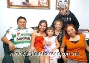 05112007 Fernanda lució acompañada en su fiesta de cumpleaños por su mamá Cinthia, sus abuelos Manuel y Margarita Nava y sus tíos Ricardo y Yadira.