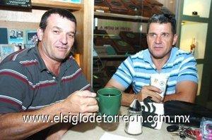 12112007 Ricardo y Eduardo Segura en amena charla en un café.