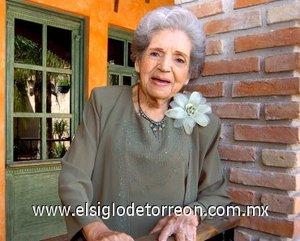 13112007 La señora Flora López viuda de García festejó sus 90 años de vida con una bonita fiesta.