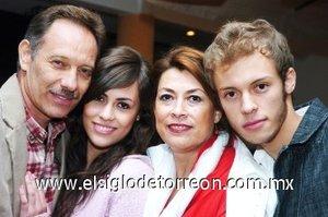 04112007 La festejada con su esposo Carlos Ganem y sus hijos Carlos y Sayda.