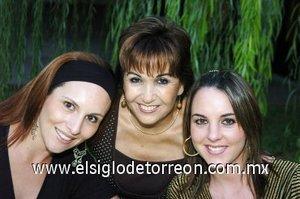 04112007 Luz María González Ortiz, Farah de Marcos y Sofía de Marcos, en una despedida de soltera.