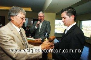 04112007 Mauricio Cepeda, presidente del Club Sembradores Comarca, recibe la estafeta de manos del presidente fundador de Sembradores Laguna, Ignacio Obeso.