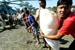 La Cruz Roja ayudó a los ciudadanos con agua potable y despensas.