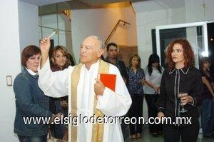 08112007 El sacerdote José Rodríguez Tenorio acudió a realizar la bendición del nuevo local de Lucero López Nava.