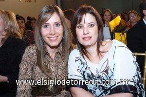 09112007 Olga Sánchez y Kurinna Espeleta disfrutaron del desfile de modas del Palacio de Hierro efectuado en el Museo Arocena.