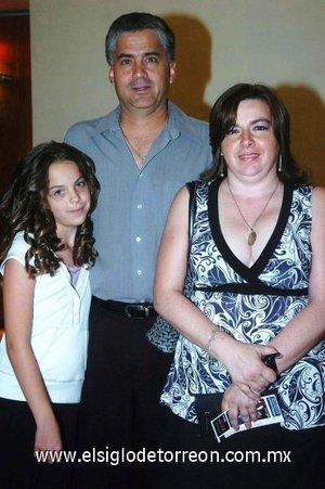 11112007 Armando Mirandé, Mari Carmen Sánchez de Mirandé y la pequeña Amanda, disfrutaron de reciente puesta en escena.