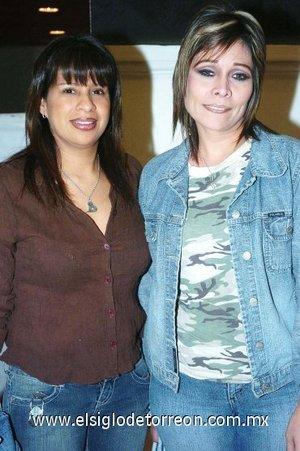 11112007 Cecilia Hernández e Ileana Guerrero disfrutaron de la obra Dama de Negro presentada en el Teatro Nazas.