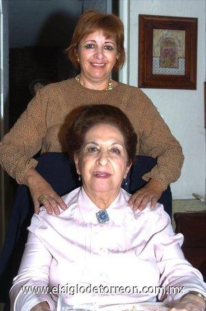 11112007 Fue festejada doña Carolina Abusaid de Peña, la acompaña su hija Alejandra Peña de Rodarte.