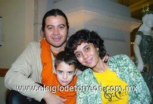 11112007 Rodrigo Guerrero Sicsik, Mercedes Sicsik y Oswaldo Luévano.