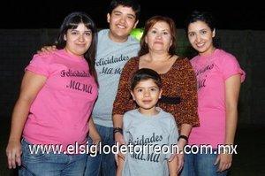15112007 Gabriela Serrano Medina en la compañía de Ana Julia, Gabriela y Ernesto Flores y Manuel Ojeda.