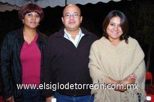 15112007 Lilia Soriano, Emanuel Azpilcueta y Olivia Durón, en pasada reunión de médicos veterinarios.