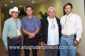 15112007 Miguel Bátiz, Francisco Javier González, Jaime Vázquez y Óscar Álvarez en una reunión de veterinarios.