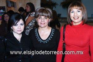 15112007 Verónica Orozco, Laura Robles y Lidia González disfrutaron de una puesta en escena en el Teatro Nazas.