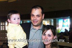 16112007 Javier Alarcón, Sandra Rivas de Alarcón y el pequeño Javier Alarcón Rivas.