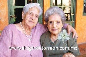 17112007 Doña Flora de García junto a Elena Carlos.