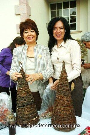 22112007 Lupita de Lara y Yanira de Zarzar del Club de Jardinería Gardenia en una plática de diseño floral.