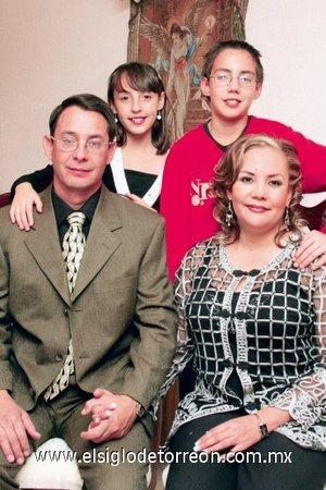 20112007 Carlos Manuel Mora Méndez y Silvia Verónica Ceniceros de Mora, celebraron su décimo quinto aniversario matrimonial en compañía de sus hijos Carlos Uriel y Érika Vanesa.