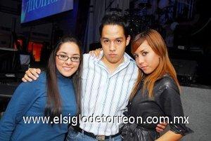 25112007 Laura Castellanos, Fer García y Montserrat García, captados en conocida disco.