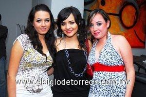 25112007 Marros Zermeño, Dayis Anaya y Cyndi López, se divirtieron en conocida disco.