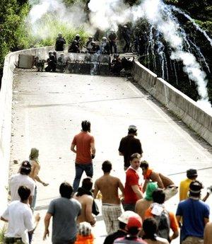 Los muchachos arrojaron piedras a los efectivos, los cuales respondieron lanzando gases lacrimógenos y agua.
