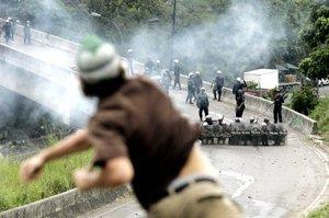 Los estudiantes de la Universidad Metropolitana bloquearon con desperdicios un puente y un acceso a una autopista.