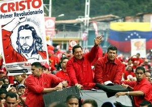 El presidente venezolano, Hugo Chávez, saluda a sus seguidores en apoyo al Si para el referéndum.