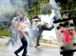 La reforma constitucional ha provocado gran violencia, al menos 600 estudiantes se enfrentaron a un centenar de policías y de la Guardia Nacional en las afueras del campus.