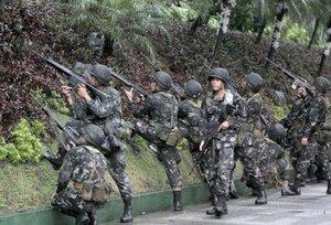 Los líderes rebeldes pretendían prolongar el motín todo el tiempo posible con el objetivo de conseguir el máximo apoyo popular y de grupos cívicos para llevar a cabo manifestaciones contra el Gobierno de Arroyo.