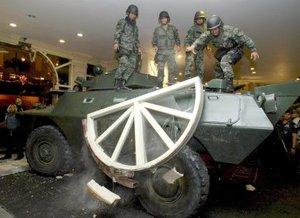 Los dos líderes rebeldes y su grupo de soldados se atrincheraron en el hotel después de marchar por las principales calles de Makati, en las que en ocasiones gritaron consignas mediante las que pedían a la gente que retirara su apoyo a la presidenta filipina.