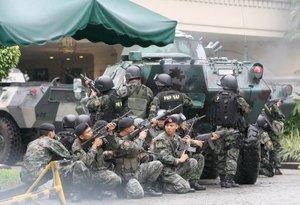 En el motín participaron cerca de una veintena de soldados armados con fusiles ametralladores M-16, que portaban en el hombro brazaletes rojos con la figura del sol.