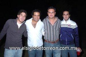 26112007 Checo Muñoz, Rodrigo Ruiz y Jesús Ortiz acompañaron a Salvador Sánchez en la fiesta organizada por su cumpleaños.