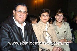 25112007 Cecilia de Villalobos, Baby de Villalobos y Julio Villalobos.